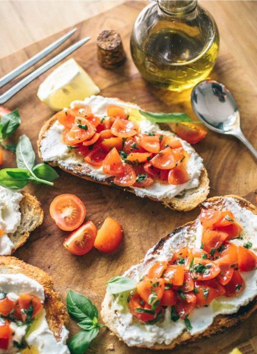 Belegte Brote mit Frischkäse und Tomaten