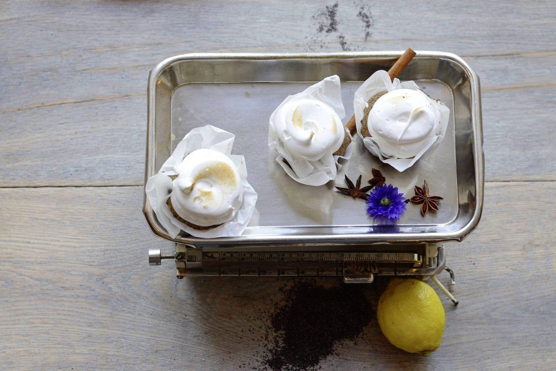 Vanille-Mohn-Cupcakes mit Joghurtmeringue