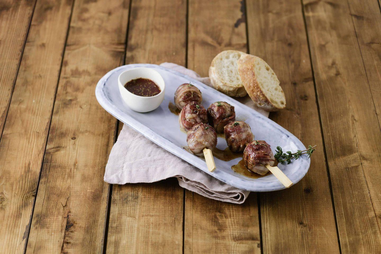 Grill-Bbq Meatballs mit Bacon und Dip