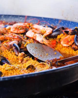 Paella mit Scampi und Muscheln