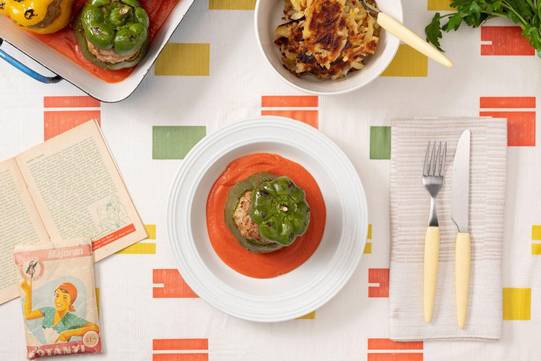 Nadziewane papryki z mielonym mięsem przyprawionym majerankiem, z dodatkiem sosu pomidorowego.
