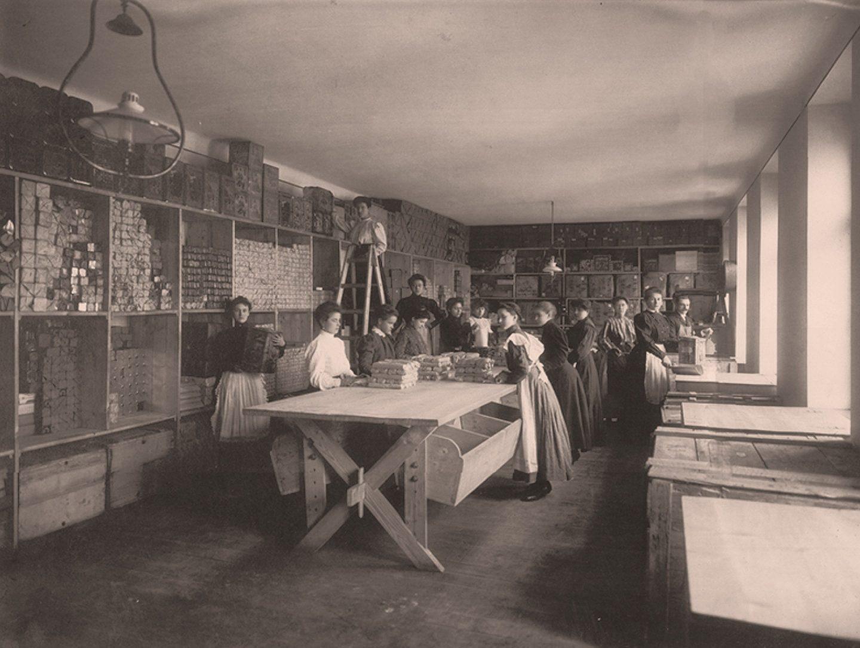 Czarno-biała fotografia: pracownicy pakujący mieloną paprykę Kotányi w 1881 r.