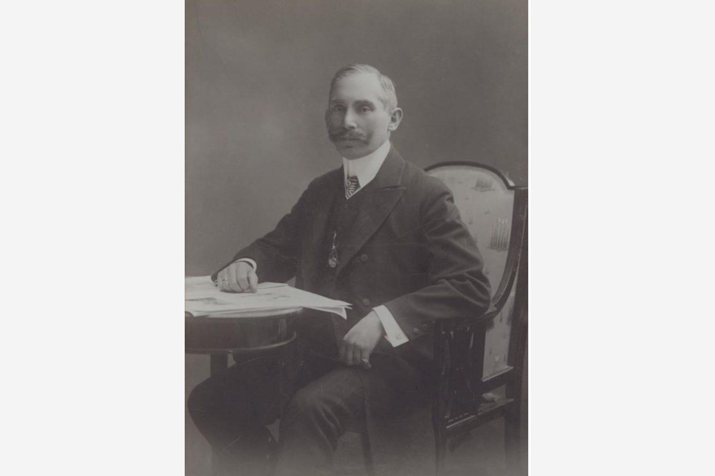 Czarno-biała fotografia: portret Jánosa Kotányi w 1881 r.