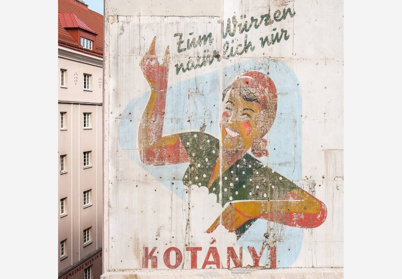 Elewacja wiedeńskiego budynku z reklamą Kotányi.