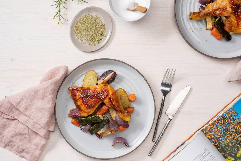 Kurczak z rozmarynem i pieczonymi warzywami, obok aktualnego opakowania rozmarynu.