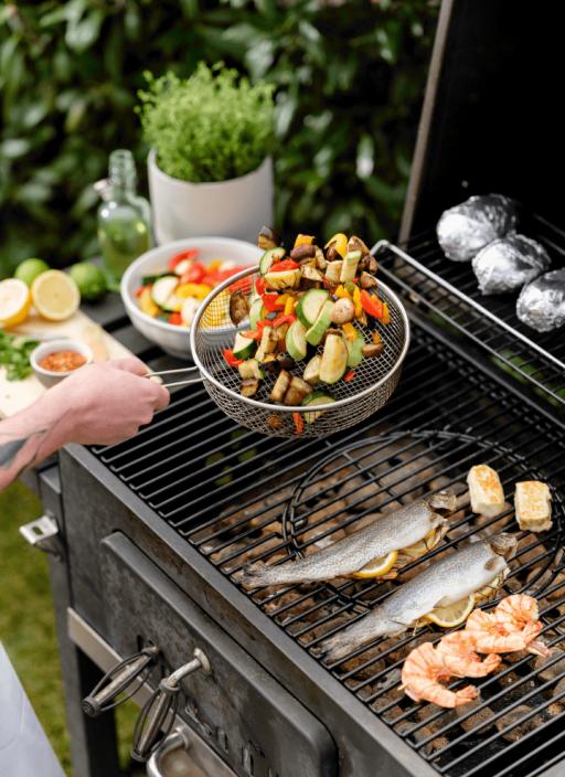 Grillowane warzywa, ryby i ziemniaki na grillu.